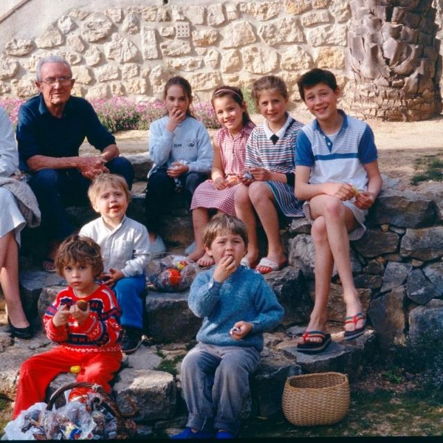 Frédéric Dumas et ses petits enfants. Mathieu est en haut, à droite. Coll. privée.