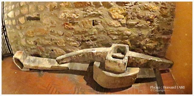Les deux jas exposés à l'entrée de la tour, dont celui aoffert au musée Frédéric-Dumas par François Carrazé.