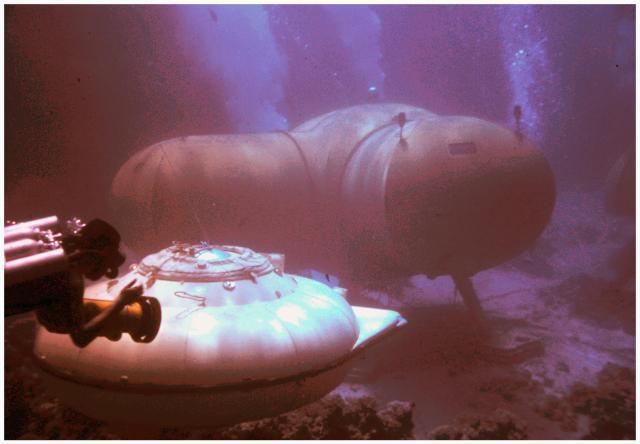 """Les maisons sous la mer. Telles qu'on les voit dans """"Le monde sans soleil"""" un film de Jacques-Yves Cousteau. Diapositive de Frédéric Dumas, tirage Bernard Laire."""