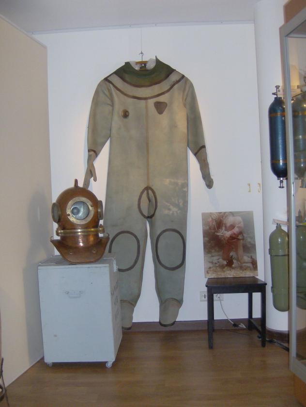A droite une photo du GISMER Marine nationale offerte par Maurice Menut PLD qui est du reste...dans le scaphandre. Outre l'intérêt historique cette image permet d'expliquer la taille de la combinaison ! Phot musée.